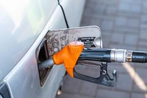 Auto tanken mit Zapfhahn an einer Tankstelle