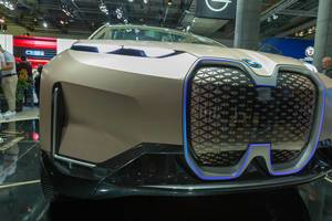 """Autonomes Fahren mit dem BMW Vision iNext, mit  Kameras und Sensoren hinter der beleuchteten """"Niere"""""""