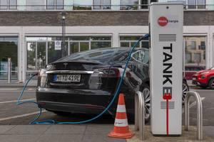 Autostrom für Elektroautos: Tesla Model S 90D an einer RheinEnergie Tanke - Ladesäule für Elektroautos vor den Kölner Verkehrsbetrieben KVB