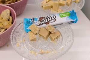 AVE - Vegan Hero Coconut Crisp Kokosnuss Knusperriegel als Proben auf einem Glasteller