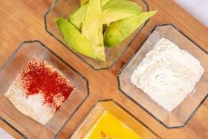 Avocado-Ecken, Mehl, Ei und Paniermehl mit scharfen Gewürzen, Aufnahme von oben