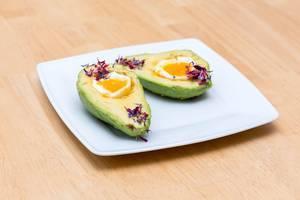 Avocado mit gekochtem Ei und Kräutern