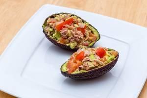 Avocado mit Tomate und Thunfisch