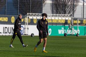 Axel Witsel wears a protective mask as he trains with BVB after a break due to a nose injury in December