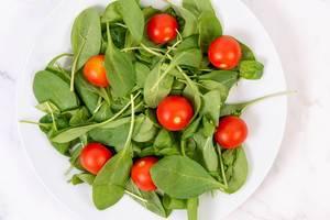 Baby Spinach wirh Cherry Tomato on the plate (Flip 2019)