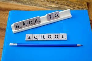 Back to school geschrieben mit Scrabble Buchstaben. Schulanfang
