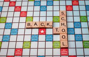 Back to school geschrieben mit Scrabble Buchstaben