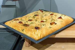 Backen mit Miele: Live-Kochshow auf der IFA in Berlin -  Focaccia - ligurisches Fladenbrot mit Kräutern auf einem Backblech