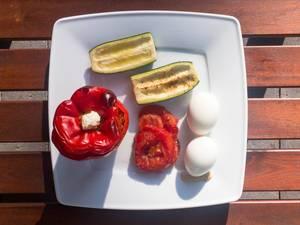 Backofen-Gemüse: Gefüllte Paprika, Zucchini, Tomaten und Eier mit Senf