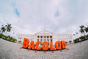 Bacolod in orangefarbener Schrift vor dem Regierungsgebäude in Bacolod City