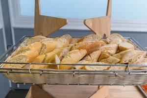 Baguette-Scheiben in einem Brotkorb