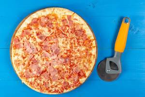 Baked Pizza with Ham and pizza round knife (Flip 2019)