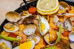 Baked shells with eggs and shrimp on fried rice
