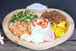 Bali Teller: rice, vegetables in curry sauce, chard and two kinds of meat