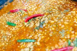 Balkanische Suppe mit Bohnen und Chili, Nahaufnahme
