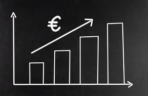 Balkendiagramm mit Eurosymbol und Pfeil zeigt steigenden Wert des Euros vor dunklem Hintergrund