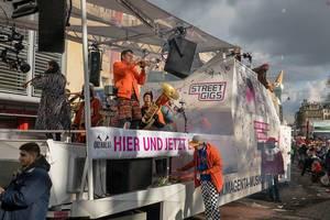 Band Querbeat performt auf dem Wagen von Street Gigs - Kölner Karneval 2018