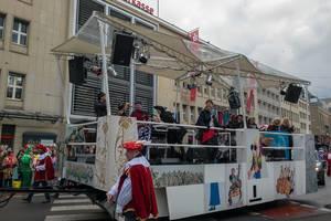 Band tritt auf einem Wagen auf - Kölner Karneval 2018