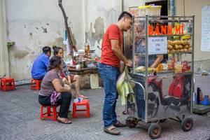 Banh Mi wird von einem Verkäufer auf der Straße in Ho Chi Minh City angeboten
