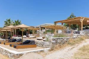 Bar im Paros Park, mit Sonnendeck am Monastiri Beach, Griechenland