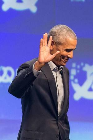 Barack Obama winkt von der Bühne bei der Oktoberfest-Internetkonferenz Bits & Pretzels