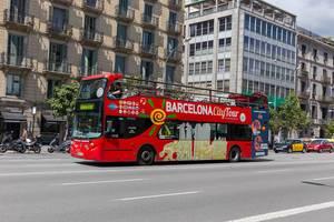 Barcelona City Tour - Bus für Touristenfahrten und Sightseeing am Pla de Palau in der spanischen Stadt Kataloniens
