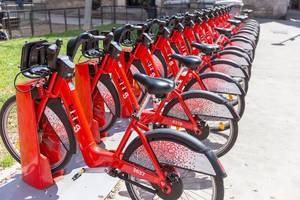 Barcelonas öffentlicher Fahrradverleih von bicing mit mietbaren Rädern am Plaça del Bonsuccés vor dem städtischen Konsulat in Spaniens Hauptstadt