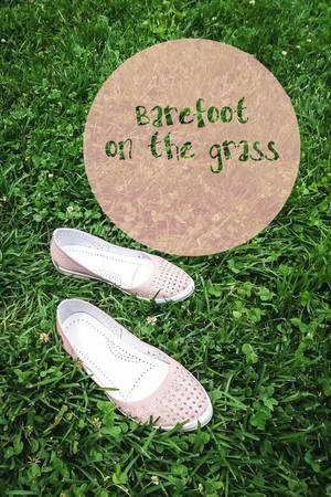 Barfuß über Gras laufen