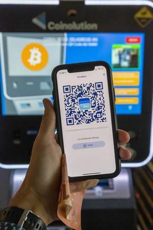Bargeldloses Bezahlen und Bitcoin-Kontoverwaltung mit der Blue Wallet App auf dem Smartphone