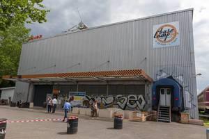 """BaseCamp Hostel Bonn, """"der verrückteste Campingplatz der Welt"""" mit Wohnwagen und andere Retro-Fahrzeuge als Indoor-Campingplätze"""