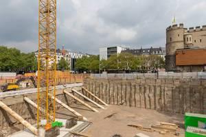 Bauarbeiten auf dem Rudolfplatz im Köln mit der Hahnentorburg im Hintergrund
