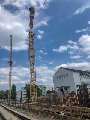 Bauarbeiten mit großen Kran auf der Großbaustelle am Clarenbachstift-Seniorenwohnheim in Köln-Braunsfeld