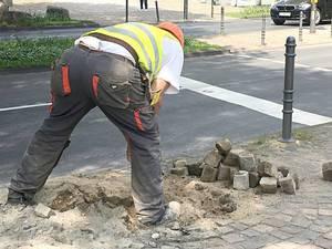 Bauarbeiter und Pflastersteine auf Baustelle