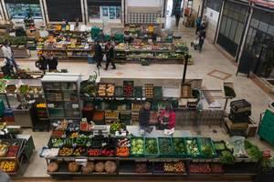 Bauernmarkt mit unterschiedlichstem Obst und Gemüse in Lissabon, Portugal