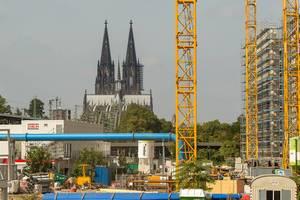Baustelle Köln mit Dom im Hintergrund