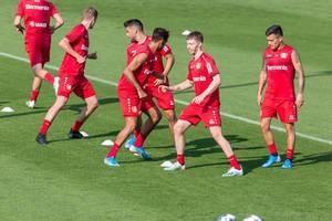 Bayer Leverkusen Fußballer beim Lauftraining auf dem Spielfeld