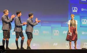 Bayrische Trachten bei der Bits19: Chefredakteurin Britta Weddeling erhält Applaus auf der Bühne von den drei Gründern der Bits & Pretzels Konferenz