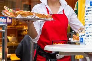 Bedienung bringt Sandwiches mit
