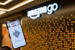 Bei Amazon Go sich einloggen und mithilfe vom Smartphone im Laden einkaufen