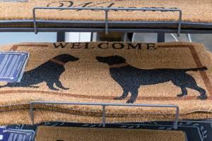 Beige Fußabtreter für Haustüre mit schwarzen Hunden und der Aufschrift Welcome