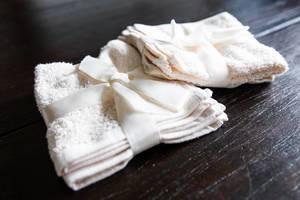Beigefarbene Handtücher auf einem Holztisch
