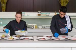 Beiköche bei der Zubereitung von Gerichten im Chino Latino Restaurant
