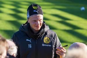 Beim ersten öffentlichen Training nach seinem BVB-Debut mit drei Toren gegen Augsburg gibt Erling Haaland seinen neuen Fans Autogramme