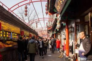 Belebte Einkaufsstraße und Restaurants in Beijing, China