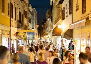 Belebte Straß in der Altstadt von Porec, Kroatien