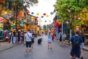 Belebte Straße mit bunten Lampions in Hoi Ann, Vietnam