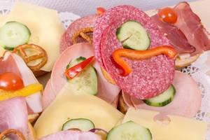 Belegte Brötchen mit Käse, Salami und Kochschinken in der Nahaufnahme