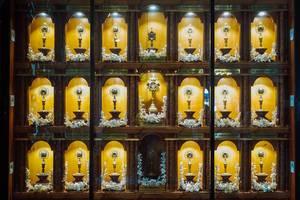 Beleuchtete Ausstellung von kleinen Schreinen in der Sto. Nino Kirche in Cebu, Philippinen