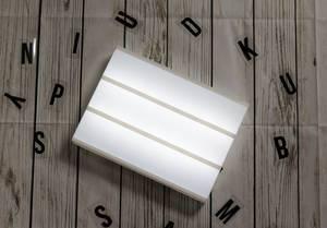 Beleuchtete Lightbox ohne Buchstaben mit Holz Hintergrund