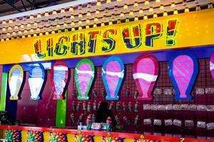 Beleuchteter LIGHTS UP Schiessbudenstand mit Glühbirnen, Flaschen und weiteren Zielen